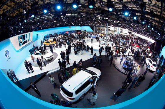 """Deutsche Autos sind in China wie hier auf der """"Auto Shanghai"""" sehr gefragt. Jedes fünfte Auto in China liefert der VW-Konzern. Dabei sind große Modelle mit hohem Verbrauch besonders gefragt. In Europa wehrt sich die Autoindustrie gegen schärfere Verbrauchsvorgaben."""