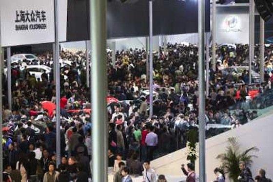 Die chinesischen Besucher kommen auf die Auto-Show in Shanghai in Massen.