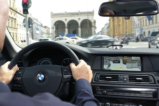 """""""Die Autoindustrie hat verstanden, worum es geht"""": Vodafone-Manager Jan Geldmacher lobt die Autoindustrie in Sachen Machine-to-Machine-Kommunikation. So haben zahlreiche BMW-Modelle einen Vodafone-Chip fest installiert, um dauerhaft Informationsdienste anbieten und Informationen an den Hersteller senden zu können."""