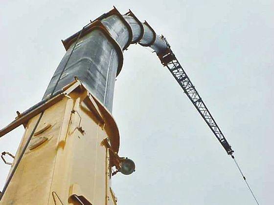 Um mehrere Meter kann sich ein Teleskopausleger unter Last elastisch verbiegen. Hochfeste Stähle und die entsprechende Auslegung der Konstruktion machen dies zu einem sicheren Vorgang.