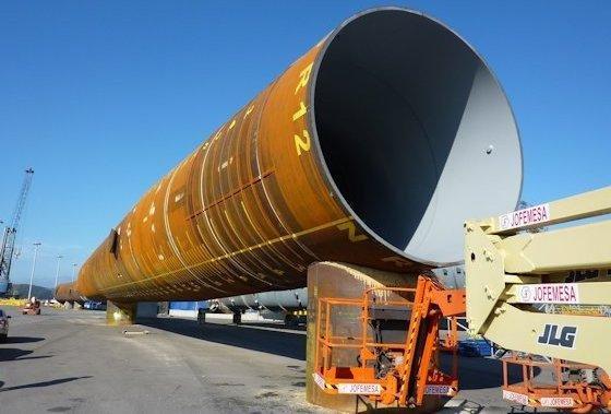 Monopile für Offshore-Windkraftanlage: Großrohre erreichen inzwischen Durchmesser von über 6m und Längen von 70m.