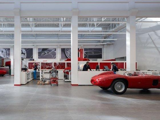 Bei Ferrari Classiche, der Werkstatt für Klassiker aus Maranello, wird die Intensität der LED-Beleuchtung kontinuierlich mit dem Tageslicht abgeglichen, sodass stets eine konstante Beleuchtungsmenge von 1000 Lux die Arbeitstische erhellt.