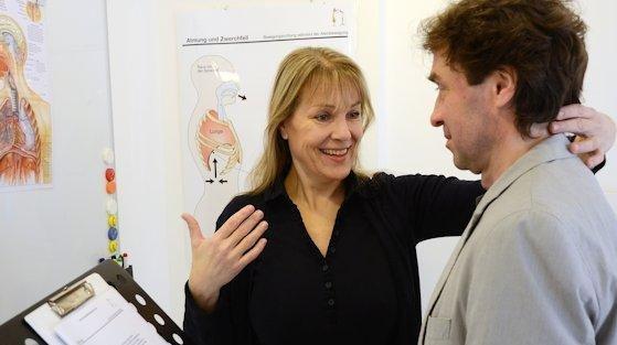 Katharina Padleschat weiß: Wer andere überzeugen möchte, sollte seine Stimme schulen – und nicht nur mit der Zunge sprechen, sondern mit dem ganzen Körper.