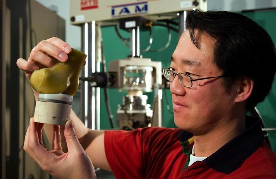 Im Institut für Allgemeine Mechanik der RWTH Aachen wird Ersatzmaterial für Knorpel getestet. Universitäten und Helmholtz-Forscher streiten zunehmend um Forschungsmittel.