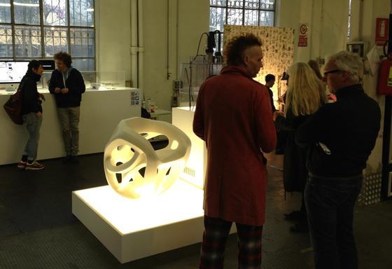 Der Prototyp eines Sessels, der aus einem Kunststoff mit Formgedächtnis hergestellt ist, wird auch auf der Möbelmesse in Mailand gezeigt.
