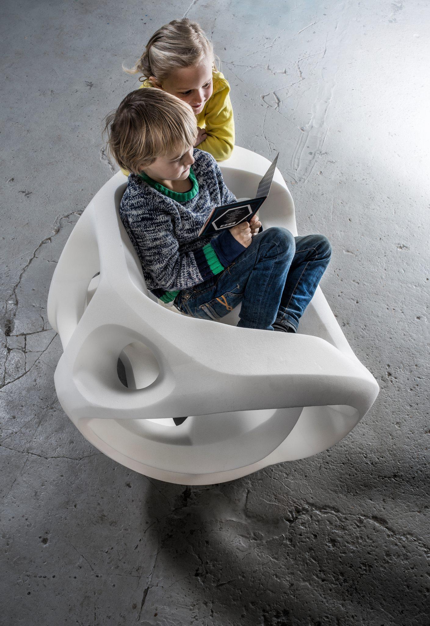 Kinder auf dem Sessel des belgischen Designers Carl de Smet aus Antwerpen.
