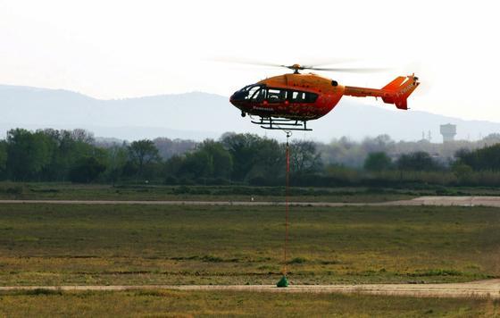 Eurocopter hat erstmals eine Fernsteuerung für Hubschrauber vorgestellt. Auf dem französischen Militärstützpunkt bei Istres flog ein Hubschrauber des Typs EC 145 auf einer vorprogrammierten Route und setzte Material an einem festgelegten Standort ab.