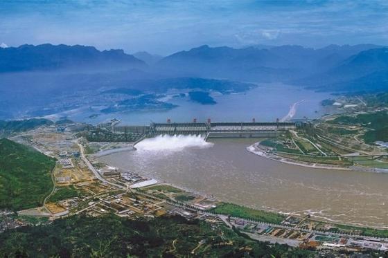 Der riesige Drei-Schluchten-Damm in China besteht aus einer 2309 Meter langen, 185 Meter hohen Staumauer und einem 600 Kilometer langen Stausee.