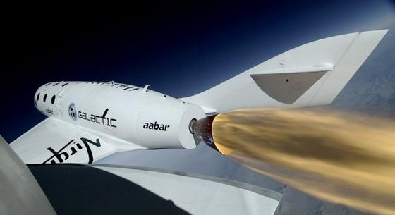 Testflug: SpaceShipTwo fliegt am 29. April 2013 dank Raketenantrieb 16 Sekunden lang mit Überschallgeschwindigkeit..