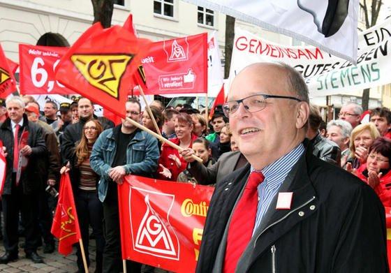 Hartmut Meine, Chef der IG Metall in Niedersachsen und Sachsen-Anhalt, fordert von VW eine Lohnerhöhung um 5,5 Prozent. Dass der Konzern bei der ersten Gesprächsrunde am 6. Mai kein Angebot vorgelegt hat, enttäuscht Meine.