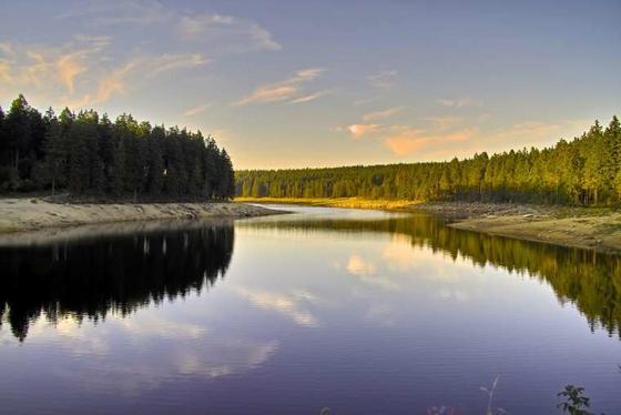 Mitten im Nationalpark Harz liegt der Oderteich.Er wurde von Sankt Andreasberger Bergleuten in den Jahren 1715 bis 1722 erbaut. Gemeinsam mit den anderen Bauwerken des Oberharzer Wasserregalsgehört er seit Juli 2010 zum UNESCO-Weltkulturerbe.