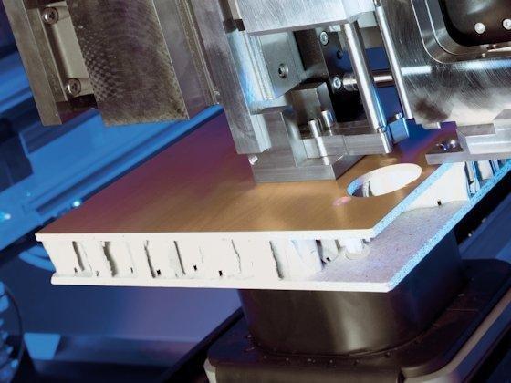 Leichte Wabenplatten (im Bild die Dübeleinbringung) sind ein wichtiger werdender Baustein für eine ressourcenschonende zukunftsorientierte Möbelfertigung.