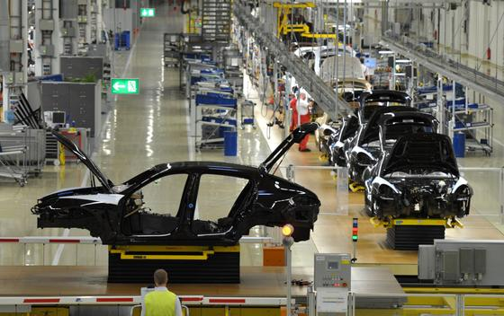 Produktion wie hier bei Porsche in Leipzig wird sich künftig aufgrund steigender Transportkosten wieder stärker daran orientieren, wo die Produkte gebraucht werden. Und nicht, wo sie am billigsten produziert werden können, so eine neue VDI-Studie.