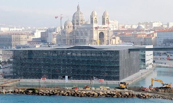 Blick auf das neue Museumder Zivilisationen Europas und des Mittelmeerraums (MUCEM) in Marseille, das aus ultrahochfestem Beton gefertigt wurde.