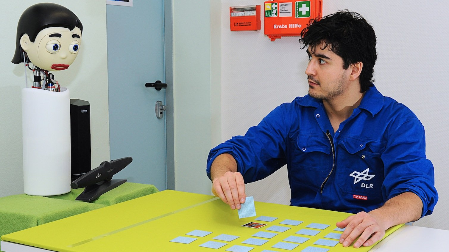 Der Roboterkopf Flobi stellt die Astronauten in Isolation mental und geistig auf die Probe, indem er mit jedem täglich einige Partien Memory spielte.