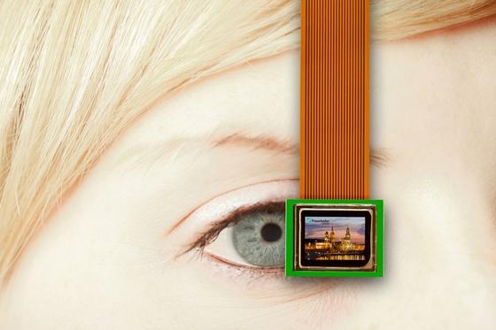 Mikrodisplays sind kaum größer als das menschliche Auge. Ein neues günstiges Verfahren des Fraunhofer-Institut COMEDD in Dresden lässt sie jetzt deutlich heller strahlen.
