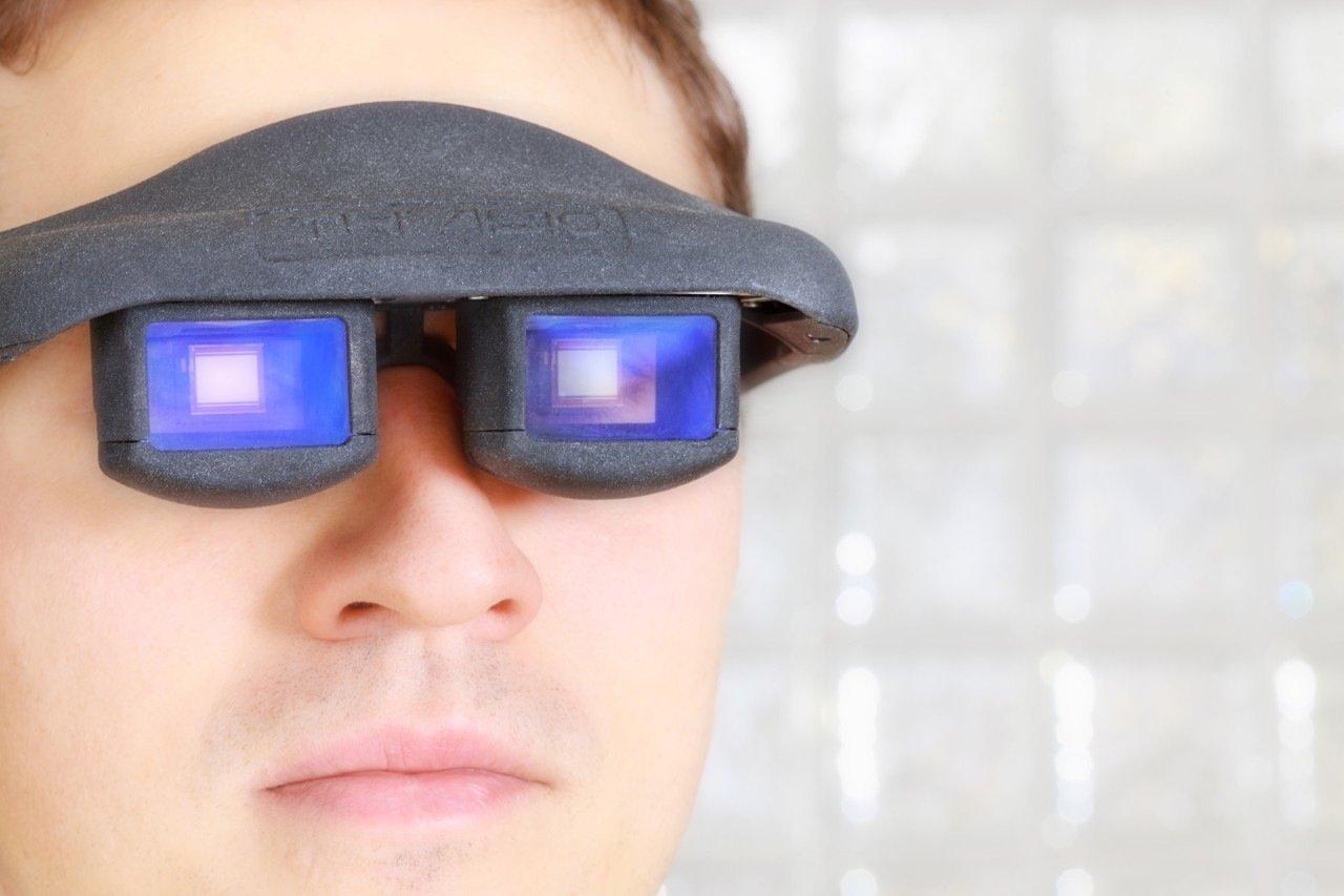 Eine neuartige Datenbrille mit OLED-Mikrodisplay ermöglicht dem Nutzer nicht nur den Blick auf die reale Welt, sondern zeigt zeitgleich virtuelle Informationen an wie Reparaturanleitungen.