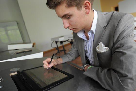 Christopher Hardy ist einer der ersten Schüler in Deutschland, die in dieser Woche am Internat Schloss Neubeuern bei Rosenheim ihre Abiturarbeit an einem Tabet-PC schreiben werden. Das Tablet ist im Schreibtisch eingelassen und wird von der Schule gestellt.
