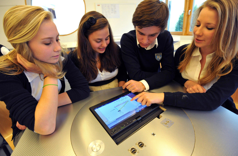 Die private Internatsschule Schloss Neubeuern bei Rosenheim in Oberbayern ist Deutschlands erste papierlose Schule. Im Unterricht arbeiten die Schüler ab dem 9. Schuljahr mit Laptops, die an eine Dockingstation im Tisch angeschlossen sind.