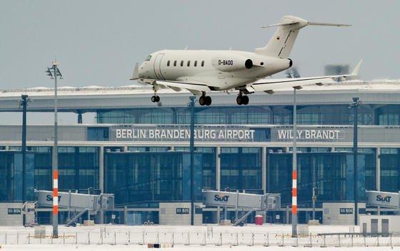 Ab 2014 könnten die ersten Flugzeuge auf dem neuen Hauptstadtflughafen Berlin-Brandenburg (BER) landen. BER-Chef Mehdorn sieht die Möglichkeit, schon Teile des Flughafens in Betrieb zu nehmen. Dieses Privatflugzeug landet übrigens nicht auf BER, sondern auf dem benachbarten, noch in Betrieb befindlichen Flughafen Schönefeld.