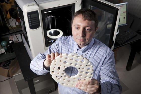 Der US-Forscher Yaroslav Urzhumov hat eine Tarnkappe entwickelt, die im 3D-Drucker hergestellt wird und Gegenstände unsichtbar machen kann.