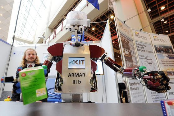 Herzlich willkommen: der Roboter ARMAR III b des Karlsruher Instituts für Technologie (KIT) begrüßt die 1800 Teilnehmer der Internationalen Konferenz für Robotertechnik und Automatisierung (ICRA), die erstmals in Deutschland stattfindet Die ICRA ist der weltweit wichtigste Kongress für Robotik.