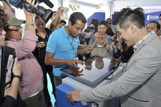 Im Oktober 2012 war die Welt noch in Ordnung: Die Menschen in Singapur drängen sich in einem IT-Geschäft, um als erste Windows 8 zu kaufen. Doch das neue Betriebssystem hat einen Absturz in den Verkaufszahlen erlebt und wird nun gründlich überarbeitet.