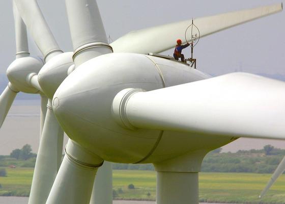 Arbeiten an einer Windkraftanlage: Um die Anlagen vom Stromnetz trennen zu können, müssen ältere Anlagen nachgerüstet werden.