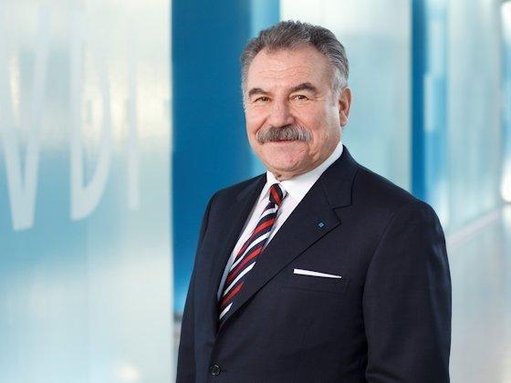 """Bruno O. Braun, Aufsichtsratsvorsitzender der TÜV Rheinland AG: """"Viele studieren unter finanziell schwierigen Bedingungen. Mit einem Stipendium kann man ihnen auch Gemeinsinn weitergeben und etwas von der Aufbruchsstimmung und dem Gestaltungswillen vermitteln, die die Ausbildung und Karriere meiner Generation geprägt haben."""""""