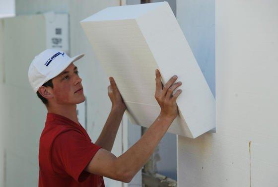 Dilemma Fassadendämmung: Energetisch sind Dämmplatten aus Polystyrol ein Segen. Aber durch das zugesetzte Flammschutzmittel HBCD werden sie bei einer späteren Sanierung oder beim Abriss des Hauses zu Sondermüll. Ein Ersatzstoff kommt 2014 auf den Markt.