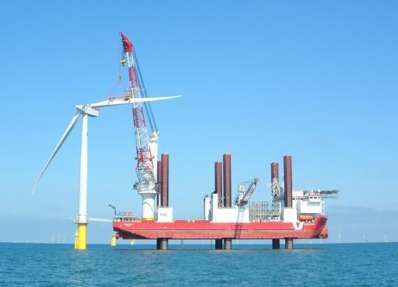 Die Windturbinen von London Array, demgrößten Offshore-Windkraftwerk der Welt,werden in Wassertiefen bis zu 23 Metern installiert. Der Standort weist eine durchschnittliche Windgeschwindigkeit von 9,2 Metern pro Sekunde auf. Das Foto zeigt die Installation des zweiten Rotorblatts an einer Windturbine.
