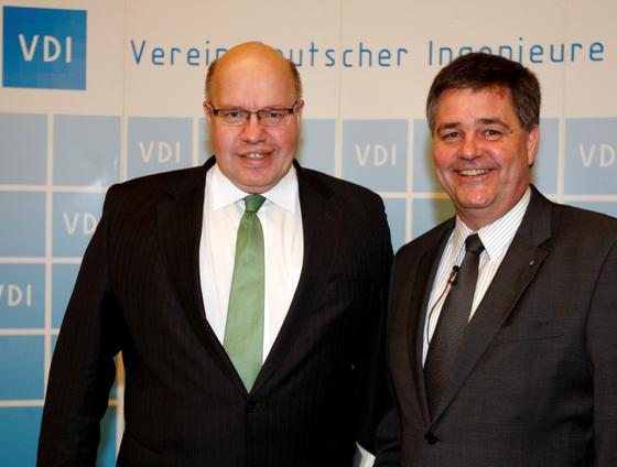 Bundesumweltminister Peter Altmaier im Gespräch mit VDI-Direktor Willi Fuchs: Die Mitglieder des VDI sind sehr zufrieden mit der Arbeit des Vereins.