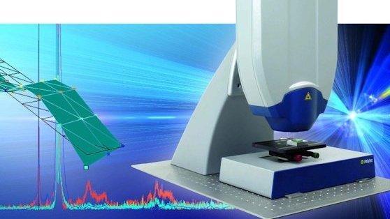 Schwingungsparameter mikroskopischer Objekte in Echtzeit messen: Im Gegensatz zu anderen Ansätzen mit drei Vibrometern, welche das Objekt aus drei verschiedenen Richtungen vermessen, besteht die Polytec-Entwicklung aus einem integrierten Messkopf.