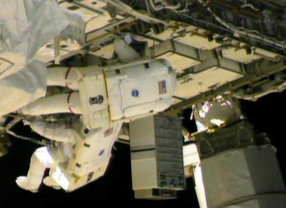 Die beiden US-Astronauten Chris Cassidy and Tom Marshburn reparieren am 11. Mai 2013 ein Leck im Kühlsystem, aus dem giftiges Ammoniak entweicht.