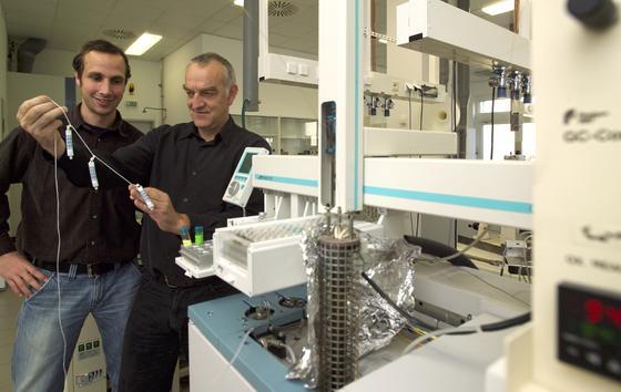 Anko Fischer (links) und Dr. Hans-H. Richnow (rechts) untersuchen die Bakterienfallen (BACTRAP®) im Labor.