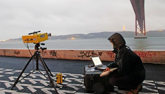 Überall einsetzbar: Wie hier in Lissabon lässt sich mit der neuen Mikrowellen-Technik der Zustand von Brücken aus der Ferne ermitteln.
