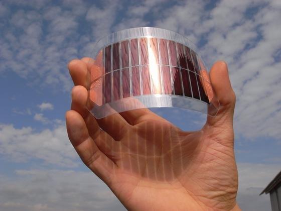 Die organische Solarzelle ist extrem flexibel. Erste künftige Anwendungsgebiete sind energieautarke Systeme und die Stromversorgung mobiler Kleingeräte.