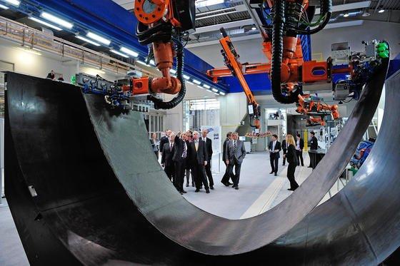 """Die """"Multifunktionale Roboterzelle"""" ist das Herzstück des Zentrums für Leichtbauproduktionstechnologie (ZLP)."""