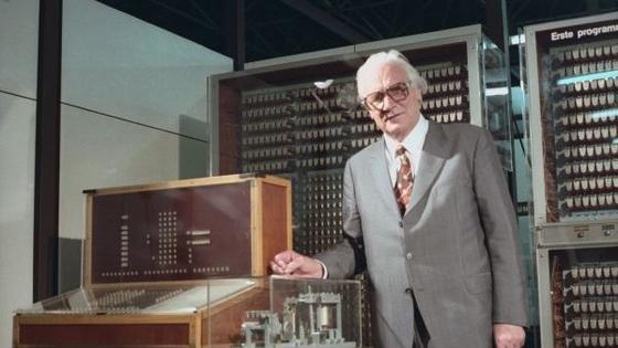 Konrad Zuse mit seinem Z3 Computer