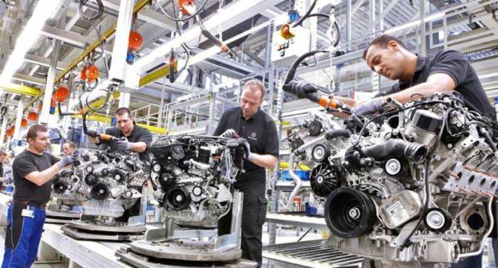 Daimler hat den Darstellungen einer ARD-Reportage widersprochen. Man habe die Situation vor Ort geprüft und festgestellt, dass viele Behauptungen in dem Fernsehbeitrag nicht richtig seien. Die Einhaltung sämtlicher arbeitsrechtlicher Vorgaben zur Abgrenzung der Tätigkeiten von Drittfirmen genieße bei Daimler höchste Aufmerksamkeit.