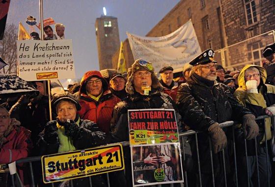 Gegner des Bahnprojekts Stuttgart 21 demonstrieren vor dem Südflügel des Hauptbahnhofs.