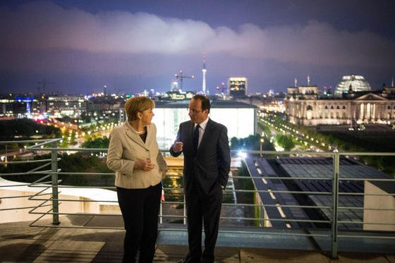 Bundeskanzlerin Angela Merkel und Frankreichs Präsident Francois Hollande auf dem Balkon des Bundeskanzleramtes in Berlin: Hollande hat sich von seinen Visionen zu Beginn seiner Präsidentschaft verabschiedet und ist in der Realität der Krise angekommen.