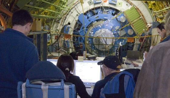 Während Sofias großes Teleskopsystem sich langsam dreht, prüfen Wissenschaftler und Teleskoptechniker die übertragenen Daten und Bilder auf ihren Monitoren.