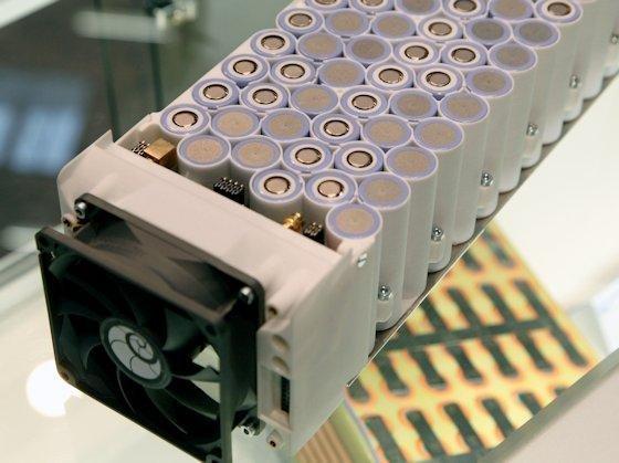 Ein Batteriespeichersystem für Solaranlagen setzt sich aus mehreren Stacks zusammen. Die Batterien bestehen aus vielen Rundzellen und könnten bald in manchem Keller stehen.