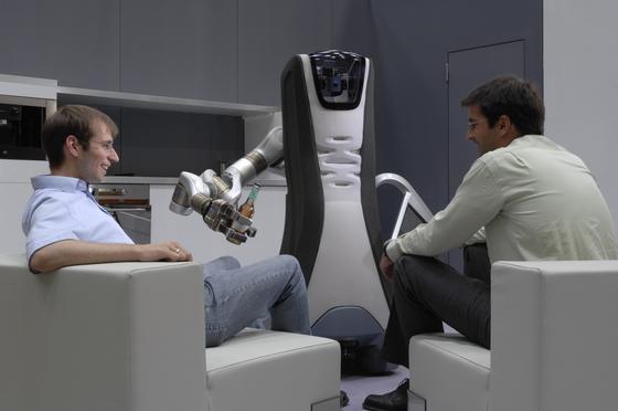 IPA-Roboter Care-O-bot 3 bedient.