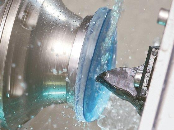 <p>Mit einer Diamantdrehmaschine werden die gewünschten Eigenschaften in das Kunststoffglas gefräst.