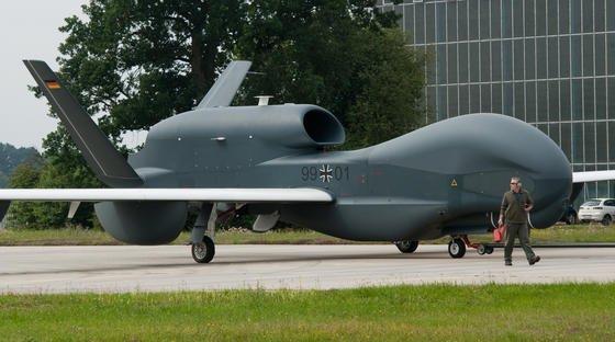 Das unbemannte Flugzeug Euro Hawk wird am 21.07.2011 auf dem Luftwaffenstützpunkt Manching (Bayern) zur Parkposition gezogen.