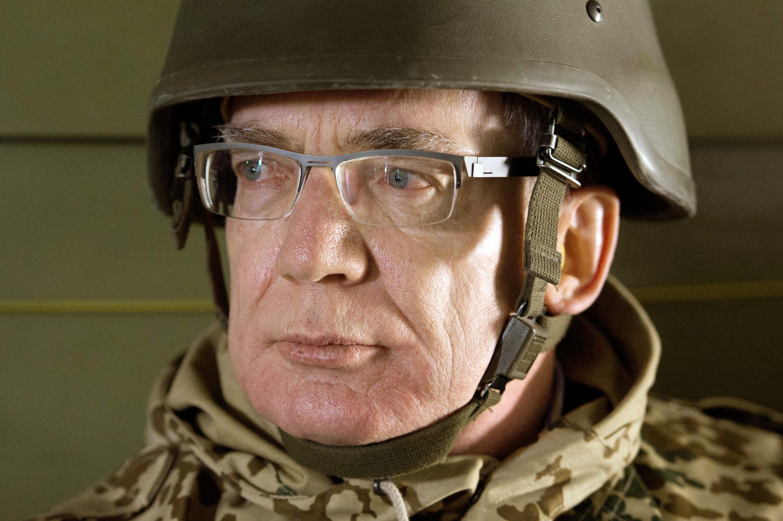 Bundesverteidigungsminister Thomas de Maiziere (CDU) sitzt am 05.03.2013 auf einem Flug zum OP North bei Masar-i-Scharif in Afghanistan in einem Hubschrauber. Im Streit um die gescheiterte Anschaffung der Aufklärungsdrohne
