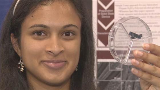 Eesha Khare hat einen Superkondensator für Smartphones entwickelt. Damit können Handys sekundenschnell aufgeladen werden.