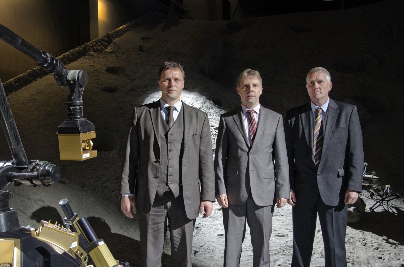 Professor Dr. Frank Kirchner, Dr. Sven Halldorn und Bernd Sommer (v.l.n.r.) geben in der Weltraum-Explorationshalle des DFKI den Startschuss zum TransTerrA-Projekt.